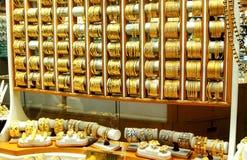 reeks van gouden juwelen in het venster van een dure opslag stock foto's