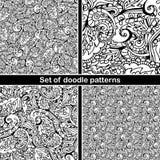 Reeks van hand getrokken krabbelpatroon in vector Zentangleachtergrond Naadloze abstracte textuur Etnisch krabbelontwerp met henn Stock Afbeelding