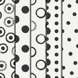 Reeks van hand getrokken naadloos patroon met zwarte grungeringen, cirkel Verpakkend document Abstracte vectorachtergrond borstel Royalty-vrije Stock Afbeelding