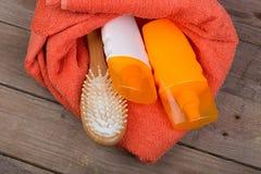 Reeks van het baden van toebehoren - oranje handdoek, haarborstel en cosmeti royalty-vrije stock afbeelding