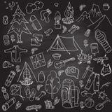 Reeks van het hand getrokken schets het kamperen van materiaalsymbolen en pictogrammen Effect van het whisbord Vector illustratie Royalty-vrije Stock Foto's
