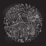 Reeks van het hand getrokken schets het kamperen van materiaalsymbolen en pictogrammen Effect van het whisbord Vector illustratie Royalty-vrije Stock Afbeelding