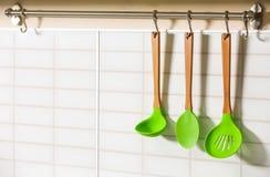 Reeks van het houten keukengerei hangen Royalty-vrije Stock Foto's