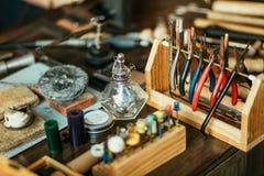 Reeks van het hulpmiddel van de goudsmid op het bureau stock afbeeldingen