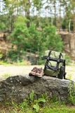 Reeks van het kamperen materiaal op rots stock afbeeldingen
