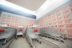 Reeks van het winkelen karretje in supermarkt Stock Afbeelding
