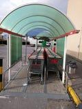 Reeks van het winkelen karretje in supermarkt Stock Foto