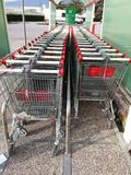Reeks van het winkelen karretje in supermarkt Stock Foto's