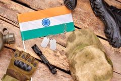 Reeks van Indische militairuitrusting op houten achtergrond Royalty-vrije Stock Afbeelding
