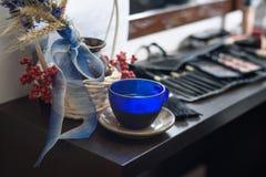 Reeks van kleurrijke schoonheidsmiddelen en een koffiekop op donkere houten backgr Stock Foto