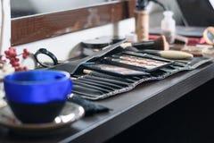 Reeks van kleurrijke schoonheidsmiddelen en een koffiekop op donkere houten backgr Stock Fotografie