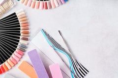 Reeks van manicuremateriaal - nagelvijlen, monsterpaletten, hulpmiddelen stock foto's