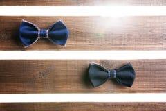 Reeks van met de hand gemaakte vlinderdas over houten achtergrond Royalty-vrije Stock Fotografie