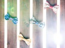 Reeks van met de hand gemaakte vlinderdas over houten achtergrond Royalty-vrije Stock Afbeeldingen