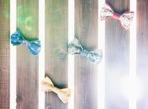 Reeks van met de hand gemaakte vlinderdas over houten achtergrond Stock Foto's