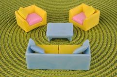 Reeks van meubilairstuk speelgoed op grasintertexture Royalty-vrije Stock Afbeeldingen