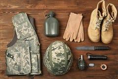 Reeks van militaire uitrusting op houten achtergrond, Royalty-vrije Stock Foto's