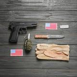 Reeks van militaire uitrusting op houten achtergrond Stock Afbeeldingen