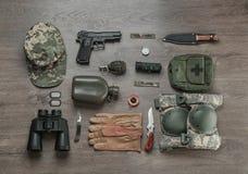 Reeks van militaire uitrusting op houten achtergrond Stock Afbeelding