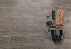 Reeks van militaire uitrusting op houten achtergrond Royalty-vrije Stock Foto