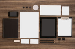 Reeks van model bedrijfsmerkmalplaatje op houten Royalty-vrije Stock Fotografie