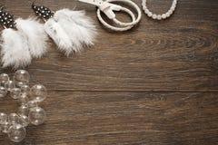 Reeks van mooie juwelen voor vrouwen op houten achtergrond royalty-vrije stock fotografie