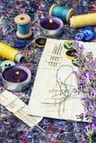 Reeks van naaisters en boeket van lavendel stock afbeelding