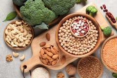 Reeks van natuurvoeding hoog in proteïne op grijze achtergrond royalty-vrije stock afbeelding