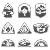Reeks van negen emblemen van de berg zwarte reis Het kamperen openluchtavonturenemblemen, kentekens en embleemflarden Het toerism vector illustratie