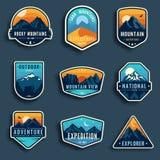 Reeks van negen emblemen van de bergreis Het kamperen openluchtavonturenemblemen, kentekens en embleemflarden Het toerisme van de Stock Afbeeldingen