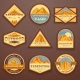 Reeks van negen emblemen van de bergreis Het kamperen openluchtavonturenemblemen, kentekens en embleemflarden Het toerisme van de vector illustratie