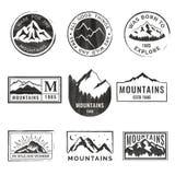 Reeks van negen emblemen van de bergreis met grungetextuur Het kamperen openluchtavonturenemblemen, kentekens en embleemflarden vector illustratie