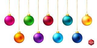 Reeks van negen glanzende, heldere en realistische gekleurde Kerstmisballen die op wit hangen stock illustratie