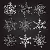 Reeks van negen uitstekende vectorsneeuwvlokken van illustratiekerstmis op bordachtergrond bloei kalligrafische met de hand gemaa stock illustratie