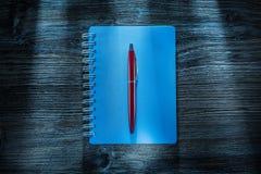 Reeks van notitieboekjespen op uitstekende houten raad stock afbeeldingen
