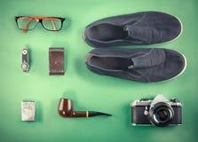 Reeks van Retro hipsterspot omhoog Laptop, oude camera, tablet en rookpijp op groene achtergrond Gefiltreerd beeld Stock Foto