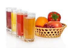 Reeks van sap in glazen en fruit, groenten Stock Afbeelding