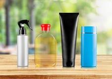 Reeks van Shampoo en Veredelingsmiddel in Flessen Stock Foto's