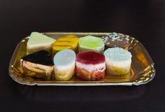 Reeks van smakelijk gebakje op gouden trayful Royalty-vrije Stock Afbeelding