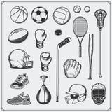 Reeks van sportmateriaal Voetbal, voetbal, lacrosse, basketbal, honkbal, hockey en tennis Stock Foto's