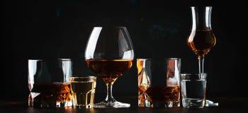 Reeks van sterke alcoholische dranken in glazen en geschoten glas in asso stock foto