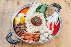 Reeks van Sukiyaki met noedel en groente in de pot Stock Afbeelding