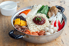 Reeks van Sukiyaki met noedel en groente in de pot Stock Foto