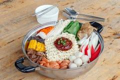 Reeks van Sukiyaki met noedel en groente in de pot Royalty-vrije Stock Foto