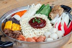 Reeks van Sukiyaki met noedel en groente in de pot Royalty-vrije Stock Afbeelding