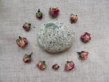 Reeks van tearosesknoppen en steen op linnenachtergrond Royalty-vrije Stock Afbeeldingen