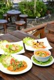 Reeks van Thais voedsel en Aziatisch Voedsel op houten lijst Royalty-vrije Stock Foto's