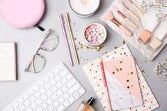Reeks van toebehoren, schoonheidsmiddelen en computertoetsenbord stock foto's