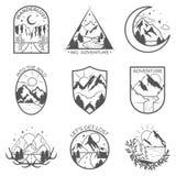Reeks van vectorberg negen en openluchtavonturenkentekens Malplaatjes en kentekens met bergen, bomen, tent stock illustratie
