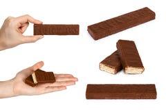 reeks van verschillende Heerlijke chocoladereep met wafeltje met hand Geïsoleerdj op witte achtergrond Melkachtige wafel, knapper stock afbeelding